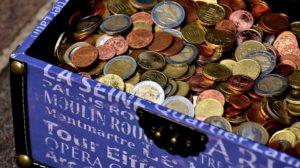 Symbolbild: Bild zeigt Kiste mit Euro-Münzgeld - Begrenzung von Bargeldzahlungen | Rechtsanwaltskanzlei Penkov Markov und Partner | Králová Recht